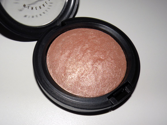A luxurious powder with M·A·C Multi-Mineral Complex that adds highlights to the face and body.